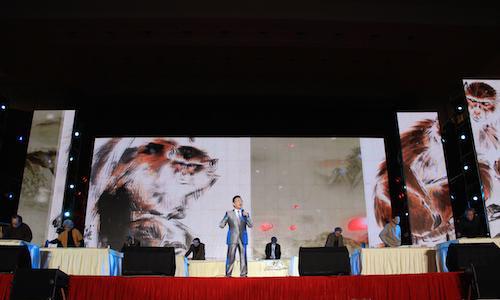 当代艺术表演《绚丽的青春》充分展现了中国青年朝气